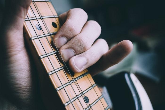 エレキギター初心者が抑えるべき基礎知識と上達方法