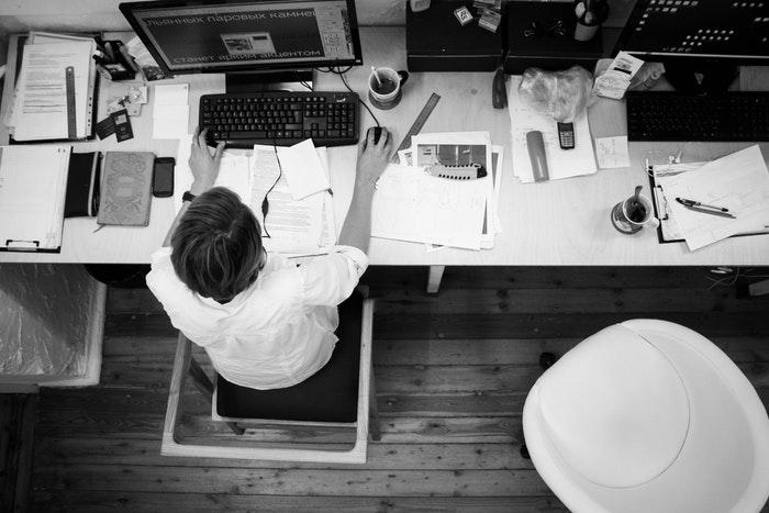 仕事で人間関係に悩みが生まれたら『諦める』のが得策!人間関係円満の秘訣を解説する。