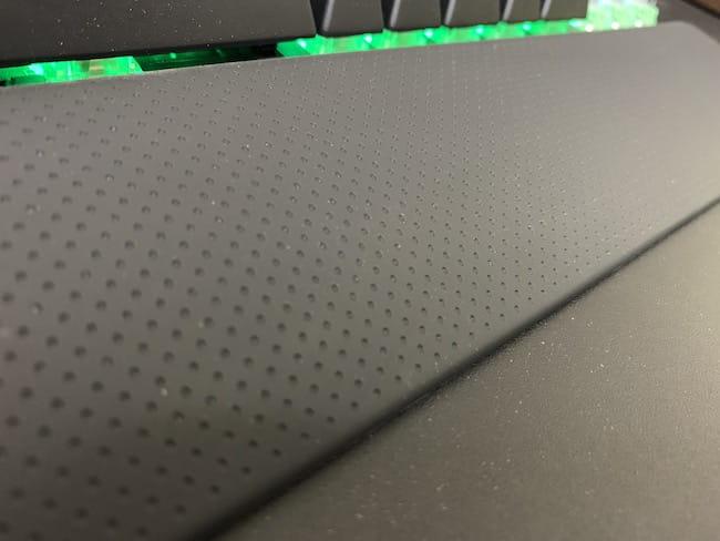 CORSAIR K65 rapidfireの銀軸を使って感じたメリット ⑦:パームレストが付属しているのが嬉しい