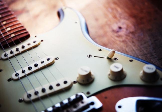 エレキギター初心者の教則本は1冊あればOK【10冊買っても成長しない】
